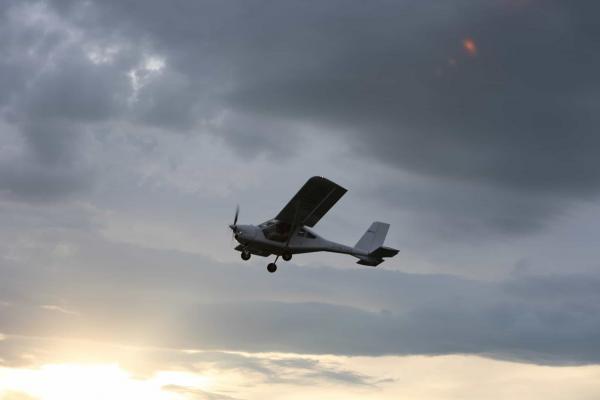Aeroprakt am Himmel