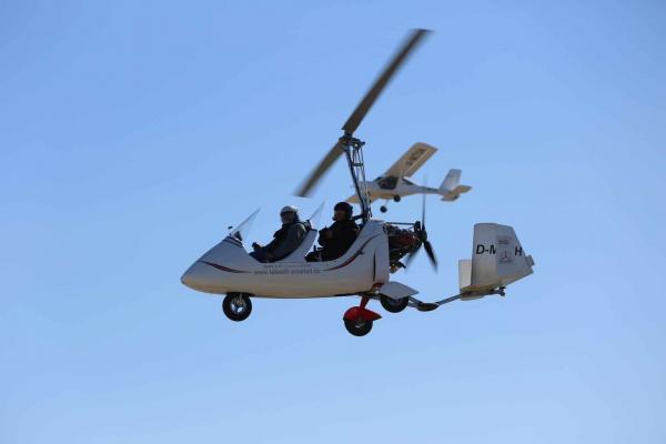 Tragschrauber und Utraleicht Flugzeug in der Luft